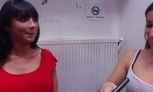 Les sublimes Cléa et Valentina se godent lors d'_une session lesbienne [Full Video]
