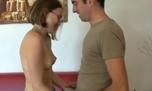 Lucie, jeune vierge effarouch&eacute_e, veut faire d&eacute_puceler son petit cul