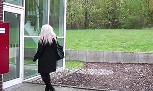 Mutter fickt Freund des Sohnes im Studentenwohnheim