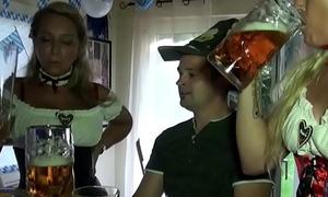 Mutti und Tante schenken Jungspund seinen ersten Fick